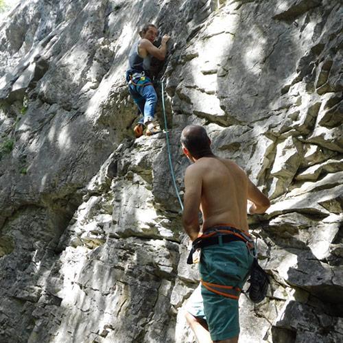 Escalade - assurage avec jeune grimpeur
