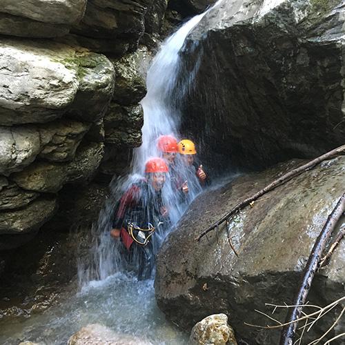 Canyoning - enfants sous une cascade