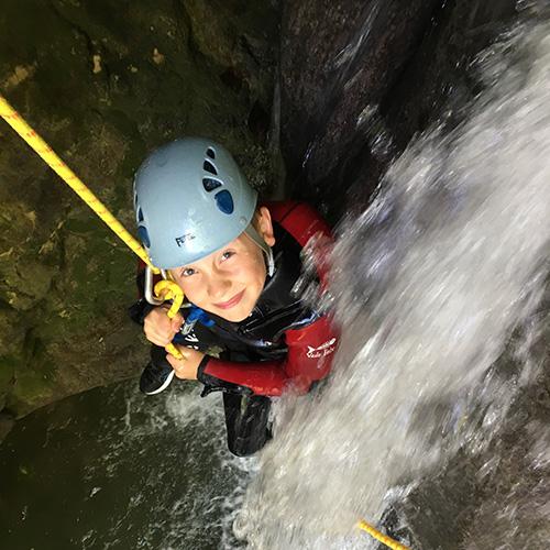 Canyoning - enfant dans une cascade